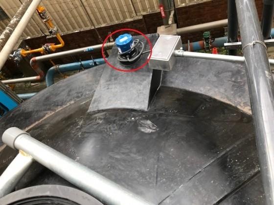 UG03 反射式超聲波液位傳訊器安裝於廢水儲存桶